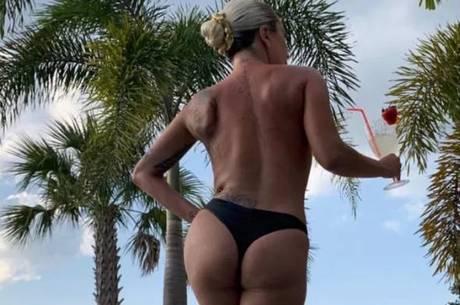 1c0114c39 Lady Gaga posa de topless e fio dental ao tomar drinque na piscina