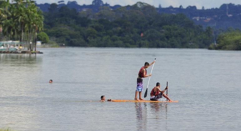 Atividades de limpeza do Lago Paranoá ocorrem durante toda manhã de sábado (18)