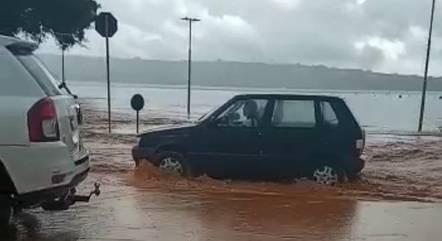 Carros tentam trafegar na orla da Lagoa Central