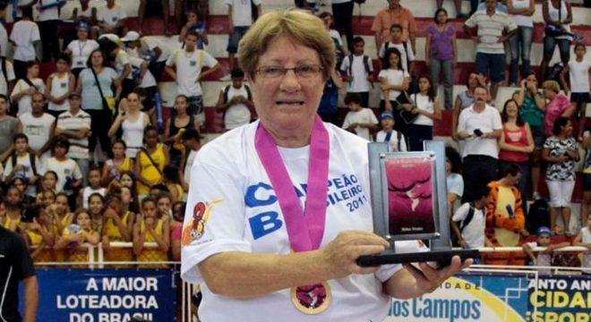 A técnica Laís Elena,que morreu nesta terça, ergue troféu pelo Santo André