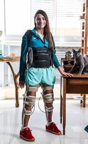 A ex-ginasta Laís Souza, que posou em pé com ajuda de aparelho