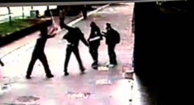 Homens agrediram com socos, chutes e lâmpadas jovens no centro de SP