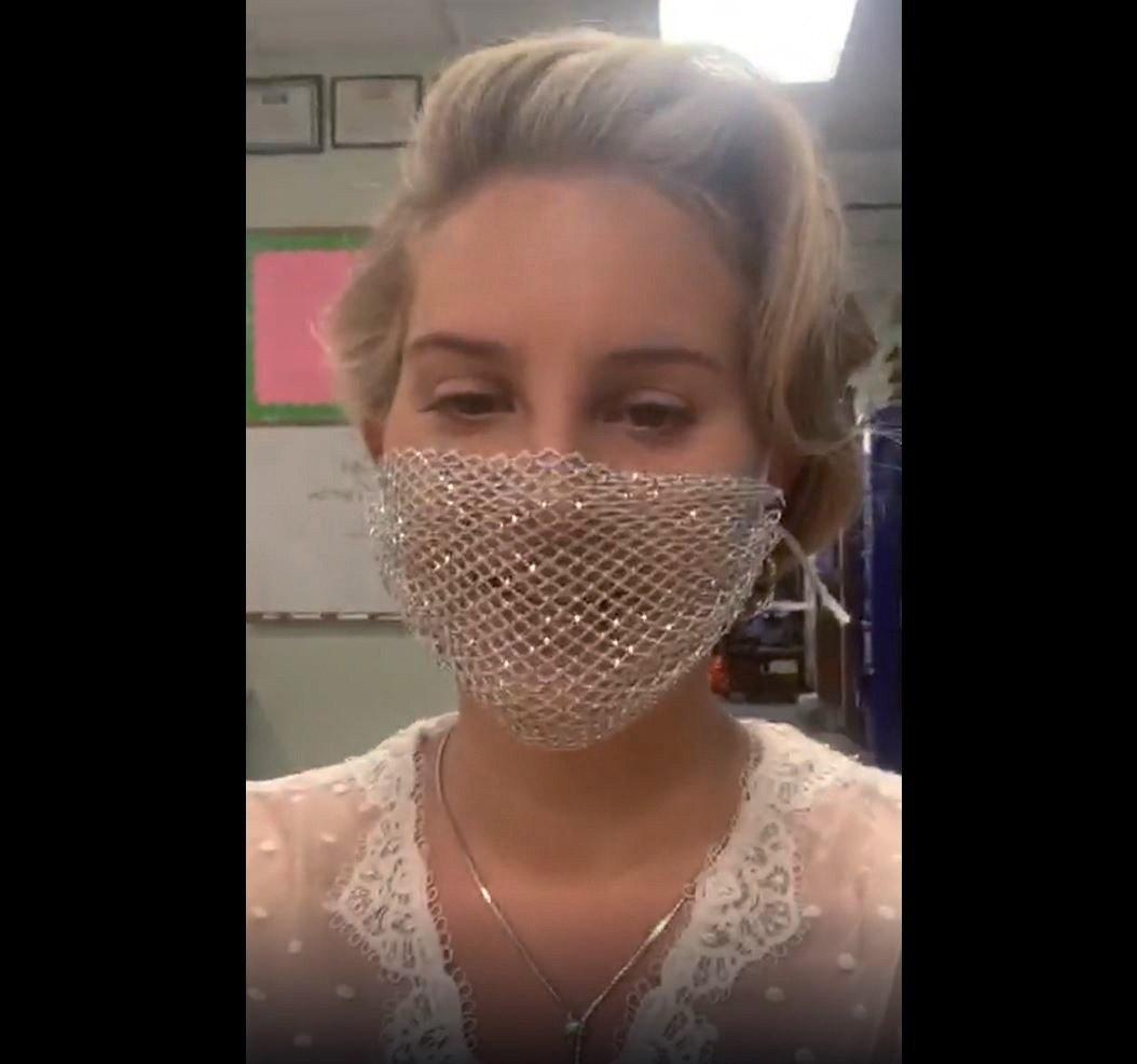 A máscara de tela de Lana Del Rey irritou os fãs da cantora