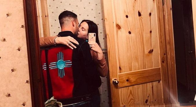 Em selfie no espelho, Lana Del Rey beija o namorado Clayton Johnson