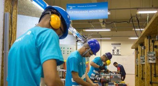 Lançada nesta segunda-feira (11), a iniciativa promove a qualificação profissional