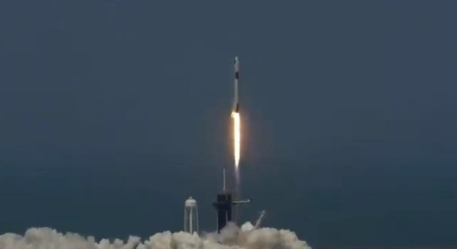 A nave Crew Dragon partiu neste sábado com dois tripulantes rumo à Estação Espacial Internacional