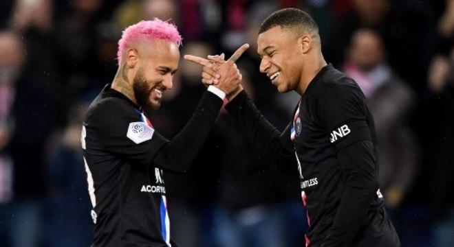 Neymar comemora gol do artilheiro Mbappé com sua assistência, em Paris