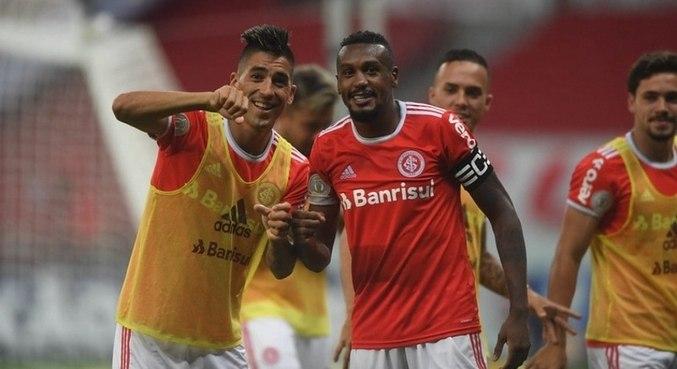 Jogadores do Inter comemoram vitória sobre Bragantino