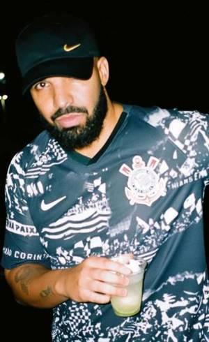 Drake usa camisa do Corinthians