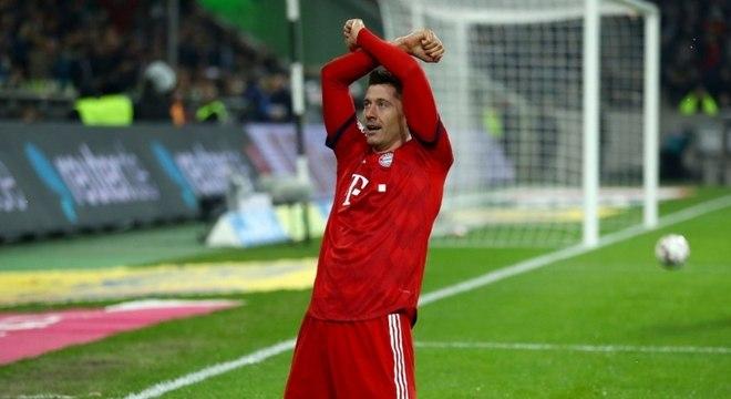 Bayern goleia Monchengladbach e cola de vez no Dortmund pelo Alemão