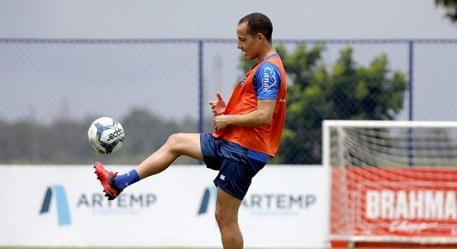 Meia Rodriguinho realiza movimentação com bola em treino do Bahia