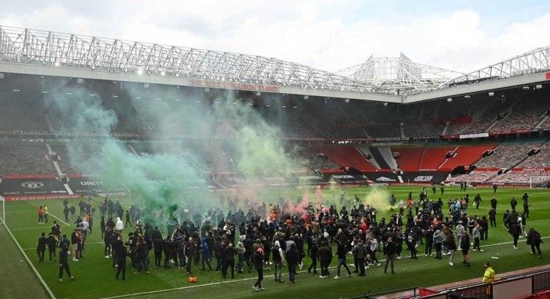 Torcedores do Manchester United invadiram o gramado do lendário estádio