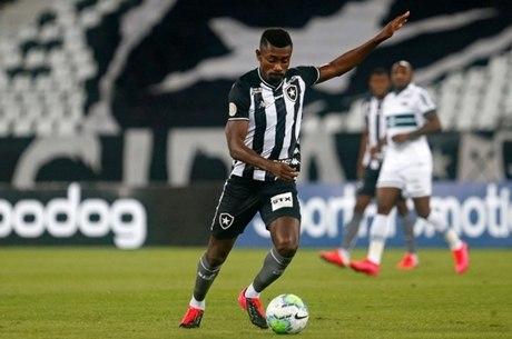 Kalou em ação pelo Botafogo no Nilton Santos
