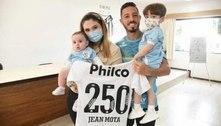 Jean Mota recebe homenagem após completar 250 jogos pelo Santos