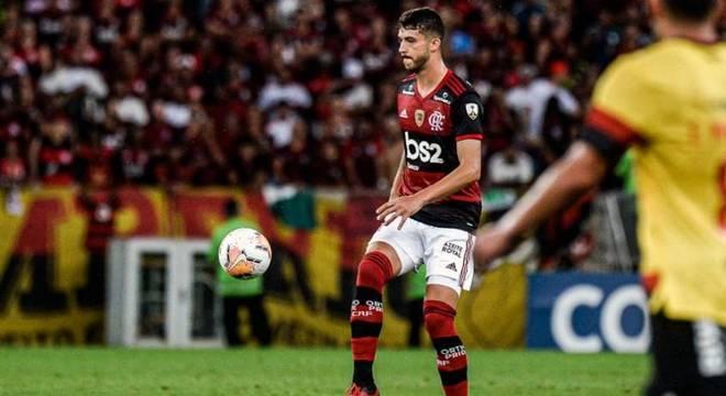 O zagueiro Gustavo Henrique em ação pelo Flamengo