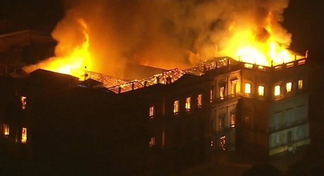 Incêndio tomou conta do prédio do Museu Nacional no último domingo