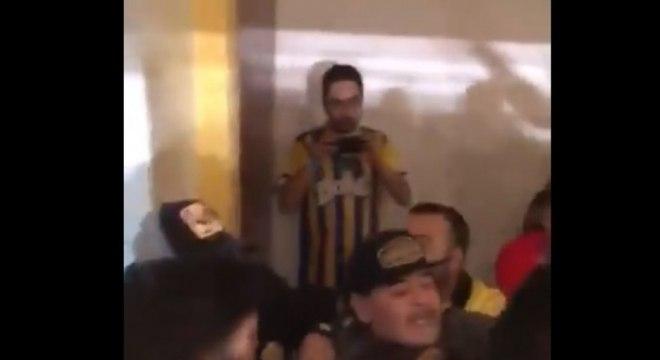 Maradona precisou ser contido por seguranças para não agredir torcedores