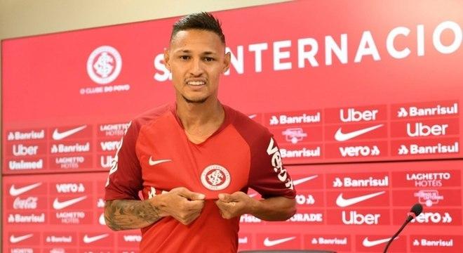 Jogador foi apresentado e já posou com a camisa do Internacional