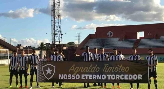O Botafogo entrou em campo com homenagem a Agnaldo Timóteo
