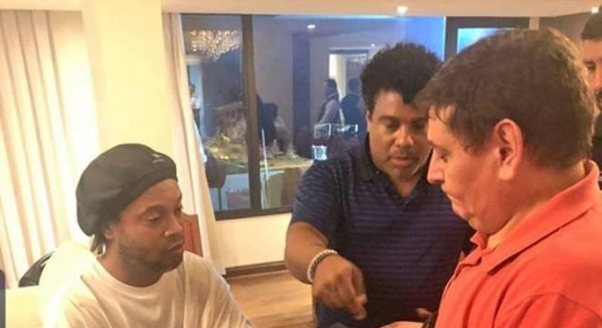 Ronaldinho foi detido no Paraguai com suspeita de documentos falsos