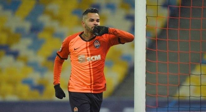 Agente de Dentinho esfria possível retorno do atacante ao Corinthians