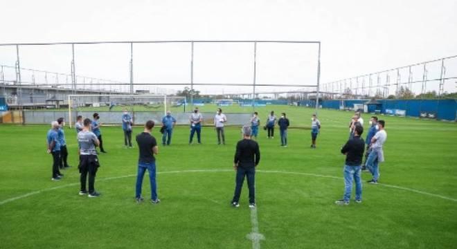 Jogadores e membro da comissão técnica adotaram distanciamento de segurança