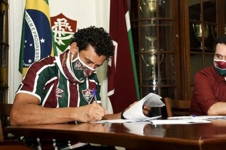 Fred assina contrato com o Fluminense