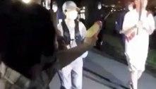 No Japão, mulher tenta apagar tocha olímpica com arma de água; vídeo