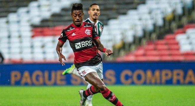 Bruno observado por Gilberto: lateral está perto do Benfica, que também quer o atacante