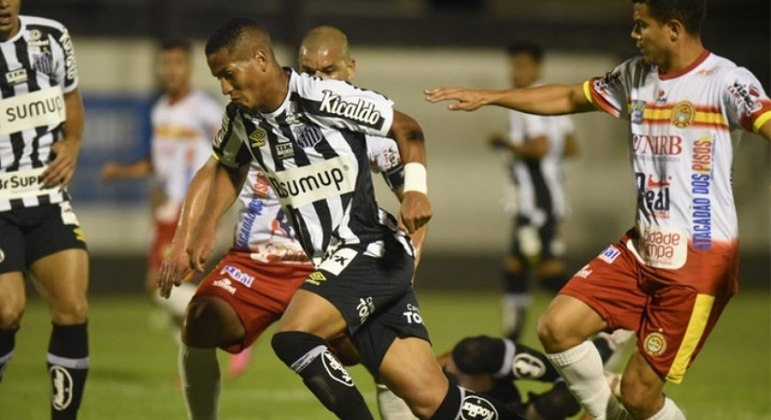 Santos joga mal, perde por 2 a 0 e quase se complica na Copa do Brasil, mas avança
