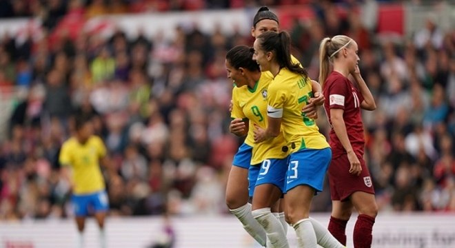 Debinha brilhou na vitória do Brasil sobre a Inglaterra