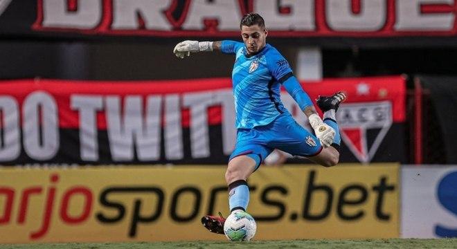 Goleiro Jean, de pênalti, marcou para Atlético-GO aos 33 minutos do primeiro tempo