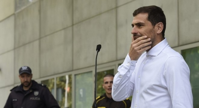 Casillas falou com a imprensa logo após deixar o hospital em Porto