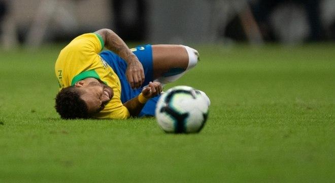 Neymar rompeu o ligamento do tornozelo direito e está fora da Copa América