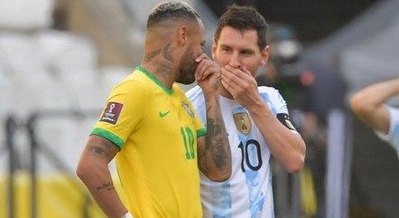 Neymar e Messi conversam durante paralisação
