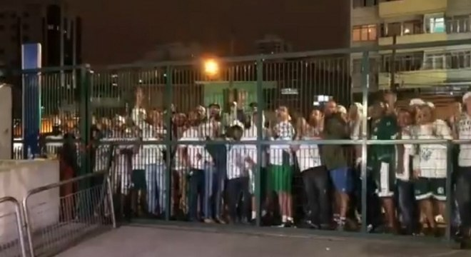 Torcedores do Palmeiras voltaram a protestar após empate