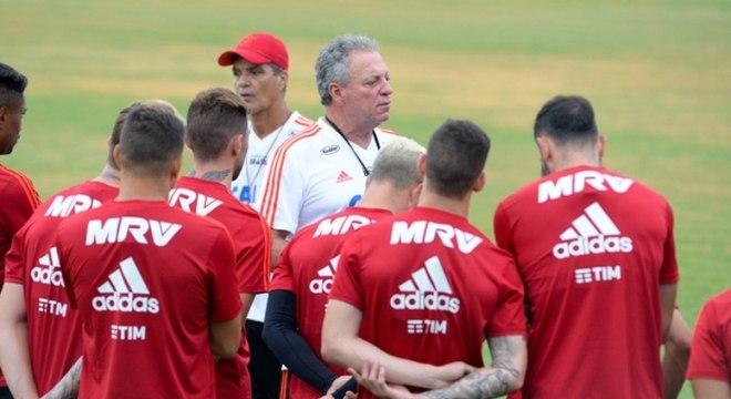 Abel Braga conversa com os jogadores rubro-negros