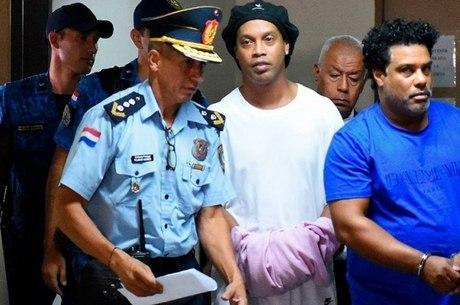 Ronaldinho e Assis chegam para audiência