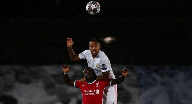Jogadores do Liverpool foram alvos de insultos racistas nas redes sociais