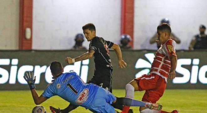 Gabriel Pec driblou o goleiro para fazer o primeiro gol do Vasco