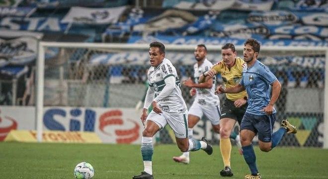 Robson, do Coritiba, tenta puxar contra-ataque contra o Grêmio