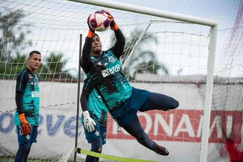 Hugo Souza decide antecipar fim das férias e se reapresenta ao Flamengo