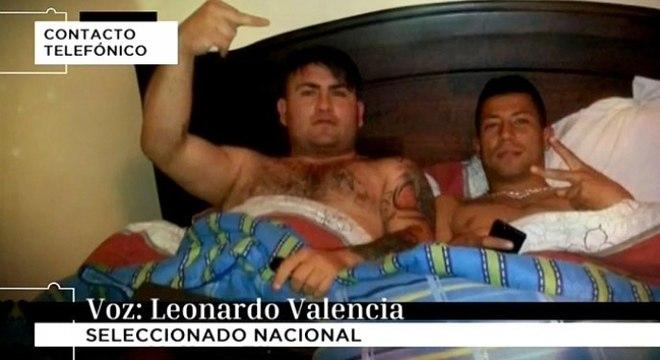 Valencia (na direita) aparece ao lado de um dos traficantes