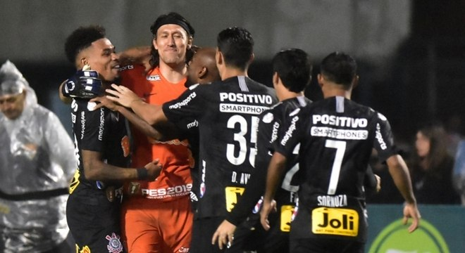 Cássio comemora com companheiros a vitória nos pênaltis