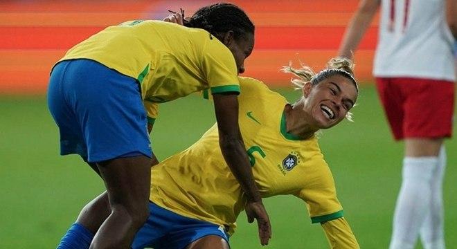 Tamires comemora gol do Brasil contra a Polônia