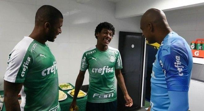 Pedro Acácio, ao centro, no vestiário com Jaílson e Emerson Santos contra o Santos