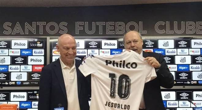Jesualdo recebe camisa 10 do Santos das mãos do presidente José Carlos Peres