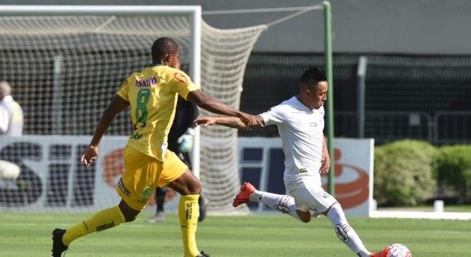 Cueva em ação durante primeiro jogo com camisa do Santos; peruano é dono da 8