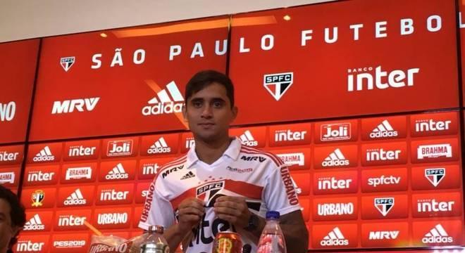 Everton Felipe veste a camisa do São Paulo
