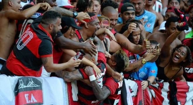 Gabigol e Bruno Henrique comemoram com a torcida no Maracanã